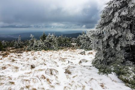 landschaft mit schnee auf dem brocken