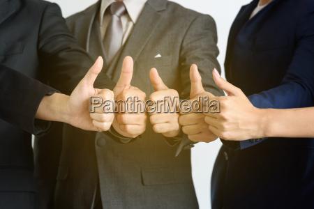 business teamarbeit zeigen haende mit daumen