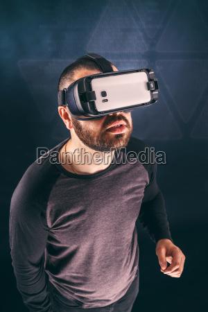 mann traegt virtual reality geraet