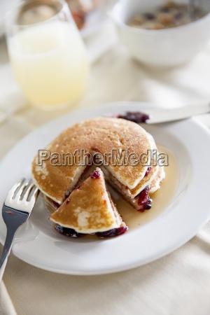 pfannkuchen mit ahornsirup und beerenmarmelade