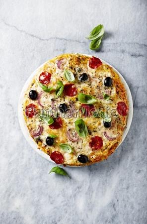 pizza mit chorizo kaese und roten