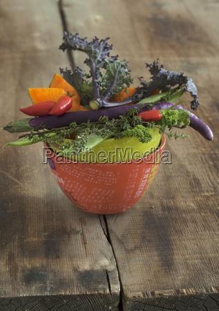 eine gemueseschale mit gruenkohl chili kuerbis