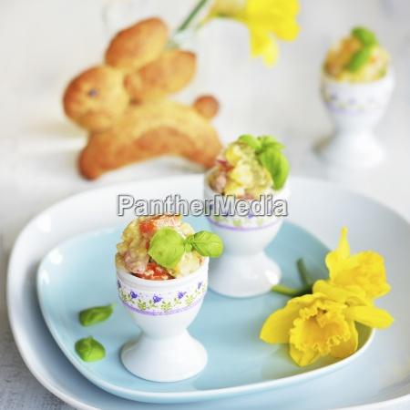 kartoffelsalat mit karotteapfelerbsen und mayonnaise serviert