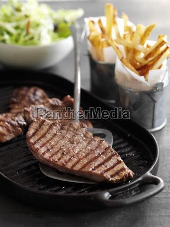 kleine steaks mit pommes und salat