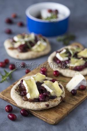 vollkorn minipizza mit cranberry und camembert