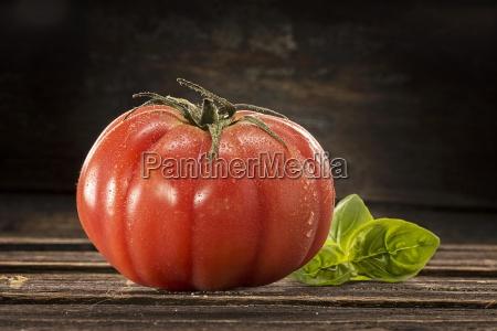 eine beefsteak tomate mit wassertroepfchen