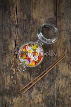 glasnudelsalat mit gelbem und rotem pfeffer