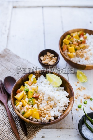 reissalat mit mango und erdnuessen thailand
