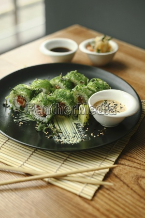 sushi rollt mit lachs und algen