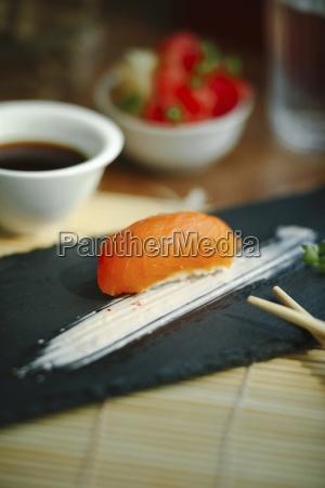 nigiri sushi mit lachs auf einem
