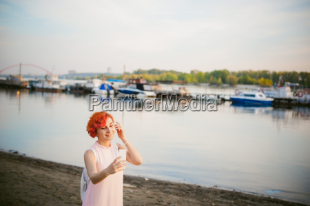 maedchen in blassrosa kleid mit roten