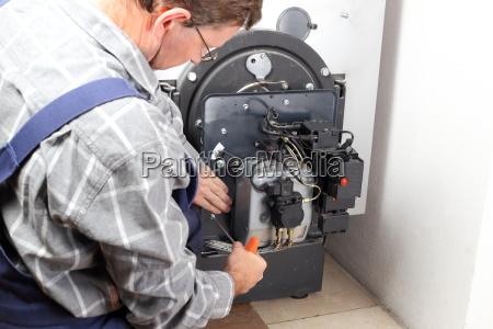 techniker repariert heizung