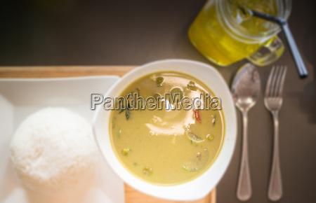 thailaendische huehnercurry mit gemuese in kokosmilch