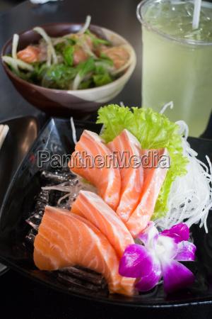 set von geschnittenen lachs sashimi und