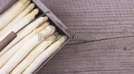 basket with white asparagus
