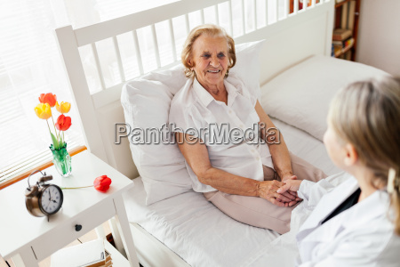 pflege fuer aeltere menschen doktor besucht