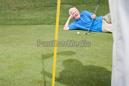 mann auf golfplatz