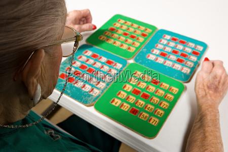 aeltere frau spielt bingo
