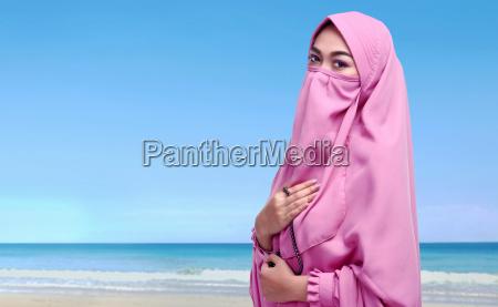portraet von asiatischen moslemischen frau mit