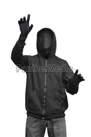 mann mit anonymer maske die etwas