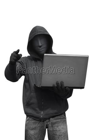 hooded hacker mit maske mit laptop