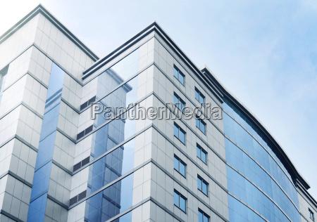 windows der business buerogebaeude mit blauem