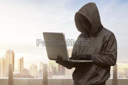 hacker mann mit anonymen maske mit