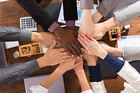 business team zusammengeben hands zusammen