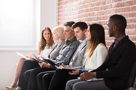geschaeftsleute warten auf ein interview