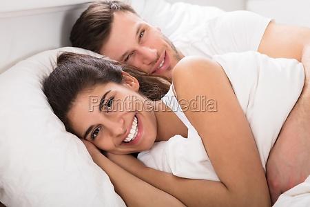 amorevole coppia sul letto