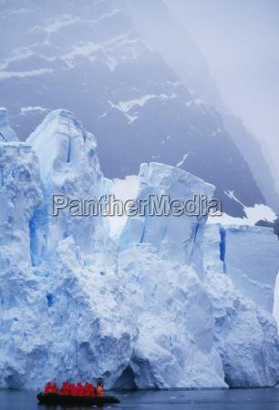touristen die eisberge durch tierkreis die