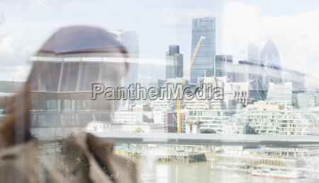 geschäftsfrau, auf, stadtbalkon, mit, stadtblick, london, großbritannien - 22044165