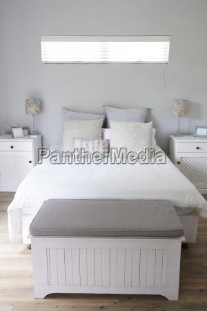 interieur des stilvollen modernen schlafzimmers