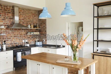 home interior mit offener kueche lounge