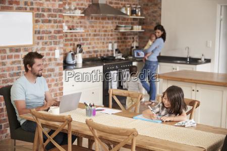 besetztes familienhaus mit vater arbeit als