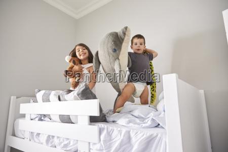 portraet von kindern spielen mit spielzeug