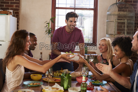 gastgeber und freunde vergeben essen um