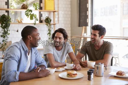 drei maennliche freunde treffen sich zum