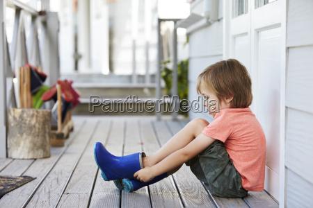 weiblicher schueler an der montessori schule