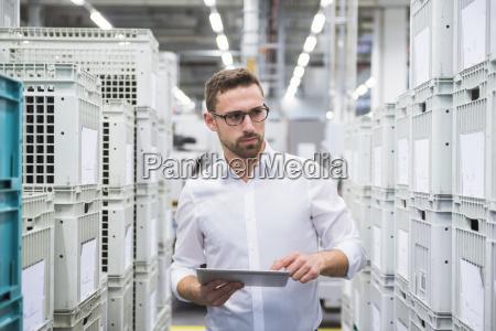 mann der tablette an den kaesten