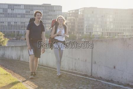 deutschland berlin junges paar reisen berlin