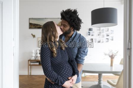 kuessen schwangere paare im wohnzimmer