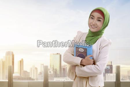 schoene asiatische muslimische frau mit hijab