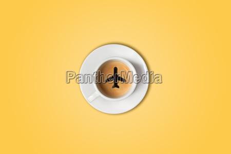 das reisekonzept der flughafen kaffeetasse draufsicht