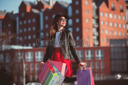 das maedchen geht mit einkaufsmoeglichkeiten auf
