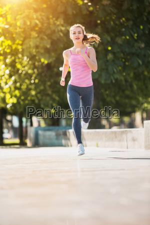 ziemlich sportliche frau joggen am park