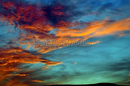 malerisch bunt leuchtender abendhimmel mit schleierwolken