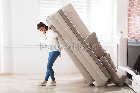 frau umzug sofa zu hause