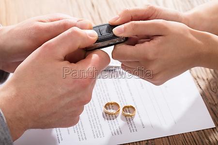 paar holding car key ueber die