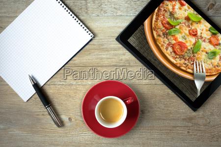 tablet mit foto von einer pizza